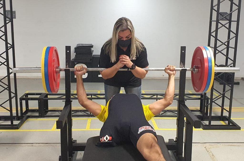 Secretaria de Esportes assina acordo para aulas de levantamento de peso com professora campeã mundial na Arena 3